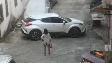 楼下发现女司机在掉头,她闺蜜还不如步行去上班,这样等着只能迟到了!