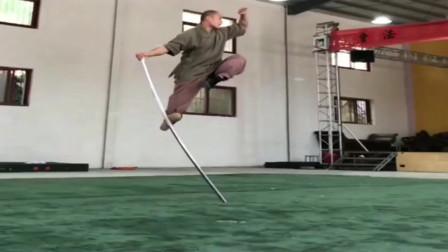少林武僧表演猴棍,这一招一式,确实是真功夫!