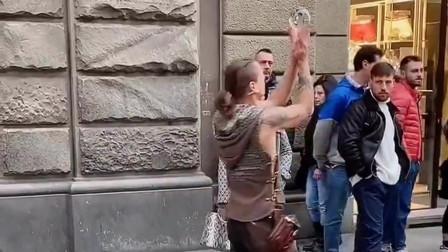 在外国街头遇见一个玩水晶球的小伙子,我以为他会掉在地上,让我失望了 !