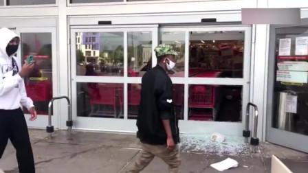 美国超市被洗劫,黑人面带微笑大箱小箱搬回家!