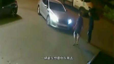 2男子作死挑衅豪车女,女子一脚油门爆头碾压,监控拍下疯狂5秒