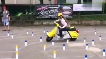 我承认骑摩托车我连一个女孩子都不如,这技术绝了!看着就眼晕