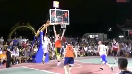 村里业余篮球赛,小伙子这顿操作达到职业水平了吧!