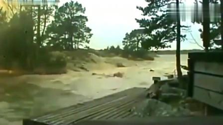 闪电击中河水会怎样,要不是监控拍下,简直不敢相信!