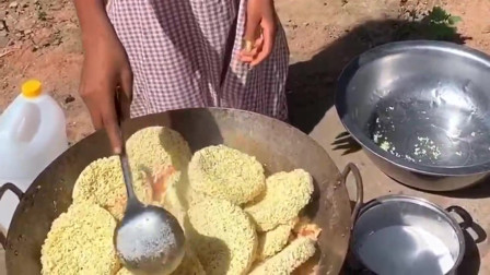 非洲老板娘爱上了方便面,一顿不吃也不行,这不又煮了一整锅