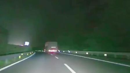 大货车狂闪刹车灯,小车司机上一秒是愤怒,下一秒是感谢