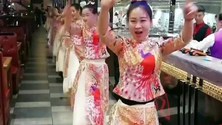 美女跳舞跳的很开心,没想到出了点小意外,把旁边的人都逗笑了