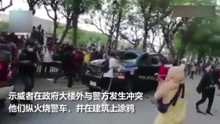 墨西哥街头火光四起,示威者将汽油倒在警察身上焚烧!