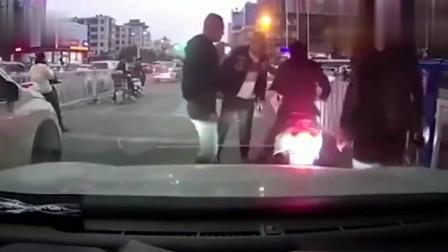 记录仪实拍:辽宁电动车男子用实力来作死!被几名男子揍几拳,瞬间乖了