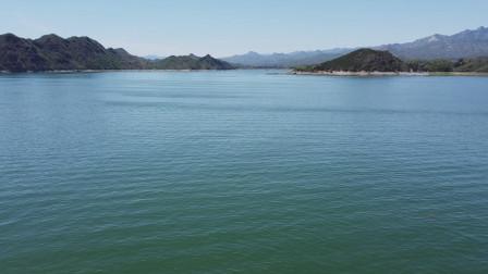 2000多年了,这个湖依旧风萧水寒,似有千古绝唱在湖面回荡,山青水碧,景色绝美