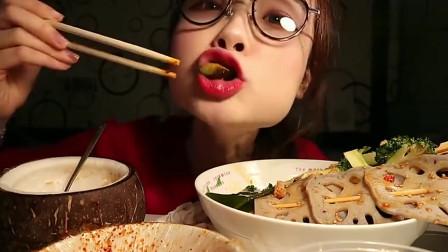 美女阿尤吃播椰子冻棒棒鸡拍黄瓜,真是让人食欲大增啊!