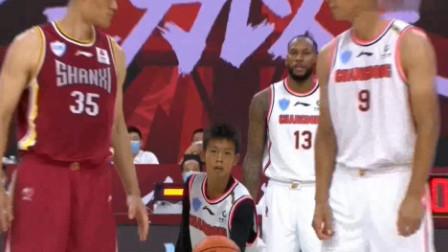 独臂篮球少年张家城来跳球,比赛正式开始!