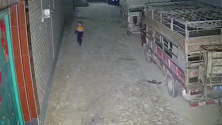 农村大院监控拍下的一幕,小男孩在空无一物的平地上被绊倒了!