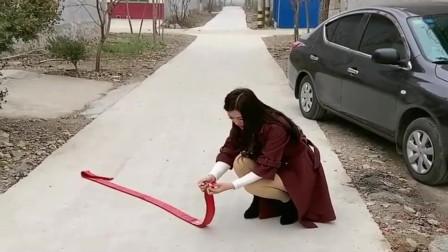 农村小媳妇刚买的二手车,为了庆祝直接在车旁边放鞭炮,真无知!