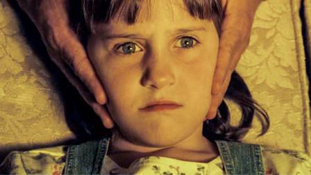 女孩不喜欢看电视,爸爸竟抓着头让她看,结果可怕的事发生了!