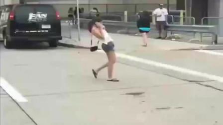 灵异事件:女孩突然做出诡异动作,路人都吓懵了