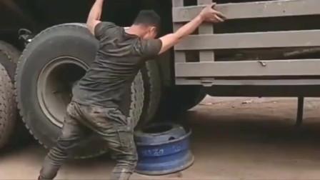 你以为能把大货车拉住吗,这小伙子真是够天真的!