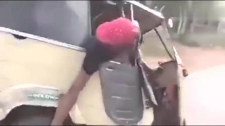 印度人就是牛逼,你们看他怎么换胎的!