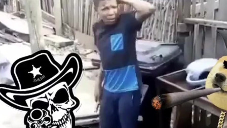 南非黑人小哥:听这声音,铁管应该是实心的,就是不知道疼不疼