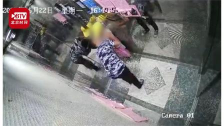 人渣!广西一男子电梯内猥亵两名女童 警方: 嫌疑人已抓获