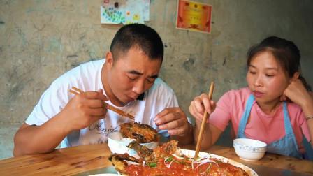 老公提回两条鱼,没赶上午饭,桃子姐做一道糖醋鱼,老公吃爽了