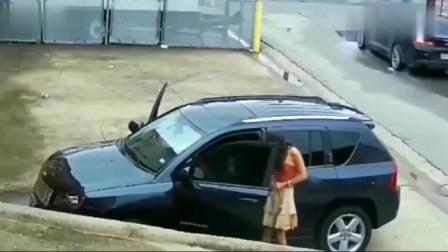 监控:一对情侣刚下车,就发现不对劲,回看监控才知有多尴尬!
