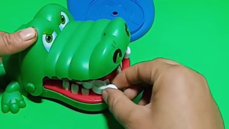小朋友最喜欢自己的牙齿了,但是大鲨鱼的牙齿不见了,小偷是谁啊