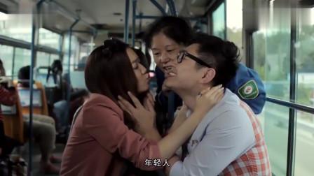 屌丝男士:大鹏于莎莎公车上卿卿我我,大妈忍不住,给他上了一课