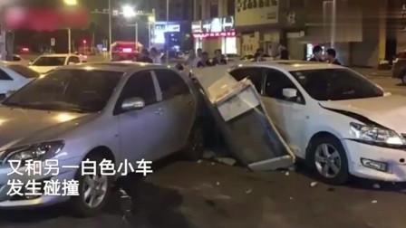监控:福建男子饮酒后,妻子无证勇当代驾,结果连续碰撞路边2辆小车!