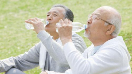 早上空腹喝水对身体好?喝水时若不注意3点,喝了也是白喝