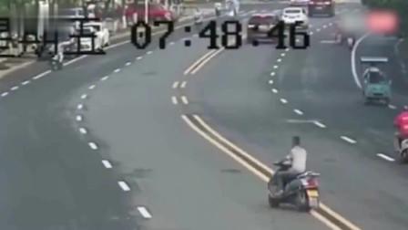 男子骑车逆行被狗追咬逃跑时迎面撞上电动车