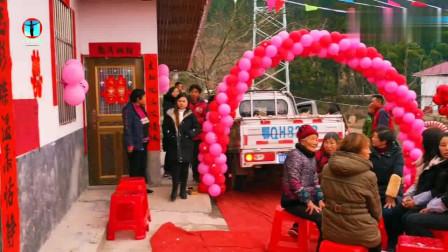 实拍:湖北恩施农村小伙结婚,泥巴路地毯铺了50米!唢呐迎亲闹热