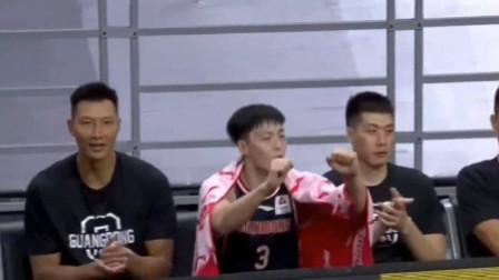徐杰单手过人后换手上篮,广东替补席都嗨了,阿联为徐杰送上掌声
