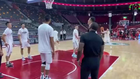 阿联轮休,赛前阿联化身陪练在篮下为队友捡球,满满的大哥范