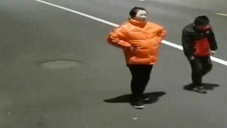 湖北监控:妈妈突然肚子疼快要生了,这位小男孩跪在地上求车主救妈妈,感动