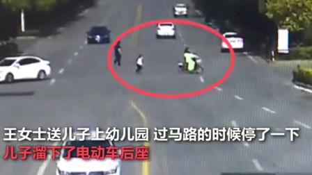湖北监控:小朋友太难了!5岁儿子电动车后座掉下,母亲浑然不知独自骑走了