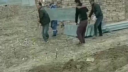 湖北几个工人大哥想出来的搬石板办法,这技术要是放在古代,长城能再多修两万里