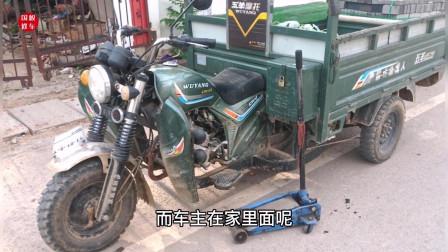 这才是造成摩托车轮胎总是左右摇摆的主要原因?紧动一个螺丝就能修好