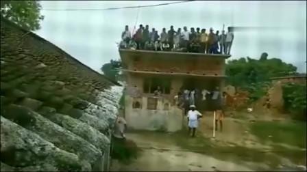 印度村民发现不对劲,拼命大声劝阻,要不是监控谁会相信