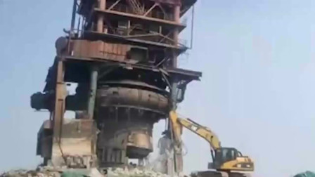 山东一工程上挖掘机迅速后撤,接下来的画面,看起来真壮观!