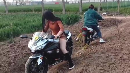广西农村村两个母老虎又较量上了,竟骑着摩托车在地里拔河,看着都怕!