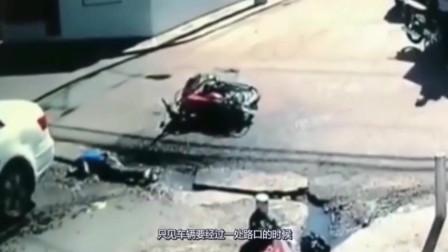摩托车男子失误,撞上白色汽车,谁知更惨的还在后面