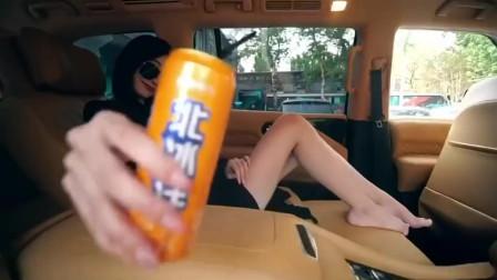 阿雅演唱《 疯狂大请客》,别客气,可口可乐加冰块一打一打的开