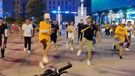 实拍:夜幕下城市广场上劲爆的年轻人