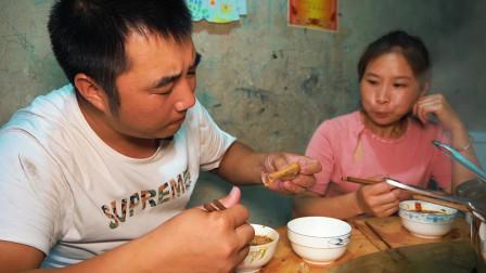 老公提回一堆菜,一家人围着吃火锅,麻辣鲜香,吃爽了