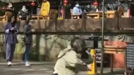 会武术的美女走在街上,一套拳法打完,观众都被这个姑娘惊到了