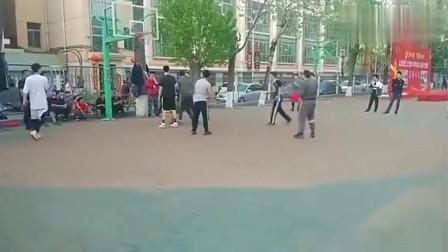 太原理工野球场篮球比赛,3个1米9的带一个后卫,虐爆全场