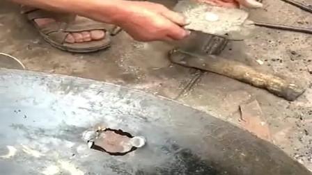 广东走街串巷的手艺补锅人,现在已经很少很少能见到,你们应该没见过吧!