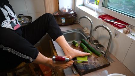 无臂女孩用脚做凉拌黄瓜,每一个步骤都很艰难,做出来味道超棒