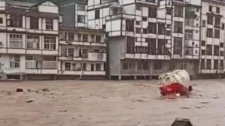 云南彝良遭暴雨袭击 学校被淹房屋断裂罐车在洪水中漂流